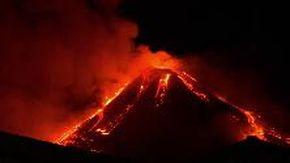 La spettacolare eruzione dell'Etna nella notte: colate di lava in più direzioni dal cratere di sud-est
