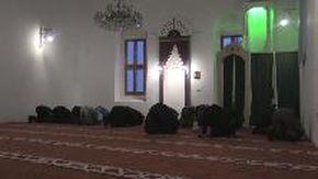 """Bosnia, la preghiera islamica dei migranti in partenza per la Croazia: """"Se Dio vorrà ce la faremo"""""""