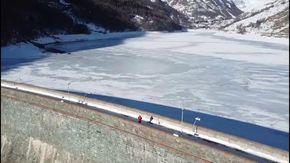 Lo spettacolo del lago di Pontechianale ghiacciato: le immagini dal drone