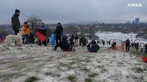 Londra, la città imbiancata dalla neve: Primrose Hill si riempie di slittini