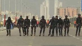 La polizia di Karachi sfeccia su rollerblade con un look tra Ninja e Power Rangers, ma sul web si scatena l'ironia