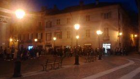 Novi Ligure, nella storica piazza Dellepiane, assembramenti all'ora dell'aperitivo