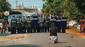 """Myanmar, la suora in ginocchio prega i poliziotti """"Non sparate sui civili"""". La foto simbolo delle proteste contro il colpo di stato"""