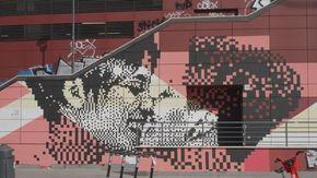 Roma, il murale con un bacio tra due donne a sostegno della Gay Help Line