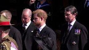 Funerali di Filippo a Windsor: il principe Carlo, Harry e William seguono il feretro