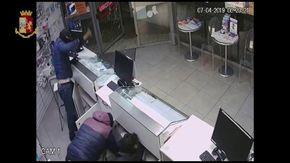 Omegna, gli assalti a colpi di mazze ferrate ai negozi di telefonini svaligiati in pochi minuti