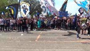 Scudetto Inter, il consigliere medico di +Europa entra nella folla a distribuire gel e mascherine