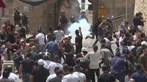 Gerusalemme, gas lacrimogeni per disperdere la folla, ancora scontri sulla spianata delle Moschee