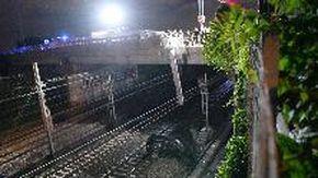 San Donato Milanese, auto precipita dal cavalcavia sui binari dell'alta velocità