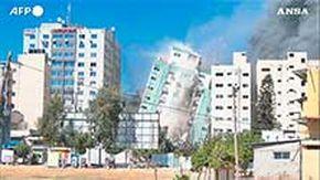 Gaza, colpito il grattacielo di Al Jazeera e Ap: palazzo distrutto