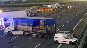 A1, assalto a un mezzo portavalori: auto carbonizzate e tir di traverso