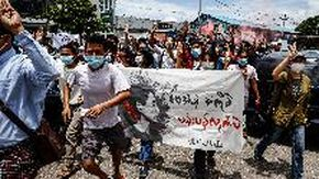 Myanmar, corteo a Yangon per il compleanno di Aung San Suu Kyi