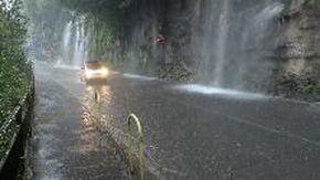 Maltempo, ancora disagi e paura nel Comasco: le cascate d'acqua sulla strada di Cernobbio