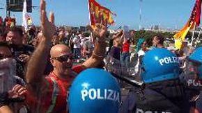 Protesta Alitalia, tensione al corteo: i manifestanti forzano il blocco