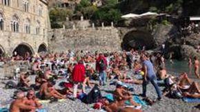 Folla sulla spiaggia di San Fruttuoso di Camogli. Tra i turisti anche Salvini