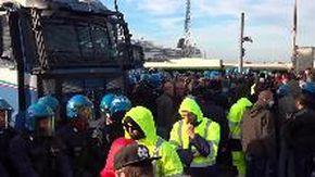 Trieste, i manifestanti si tengono per mano durante lo sgombero