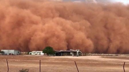 Australia, arriva la tempesta di sabbia: una nube rossa alta decine di metri ingoia la città