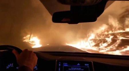 California, in fuga dall'incendio: l'auto percorre le strade avvolte da fiamme e fumo