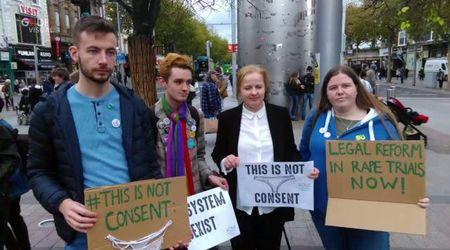 """Irlanda, vittima indossava tanga: stupratore assolto. Protesta social con foto di lingerie: """"Non è un sì"""""""