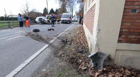 Con l'auto contro il muro, feriti i due occupanti