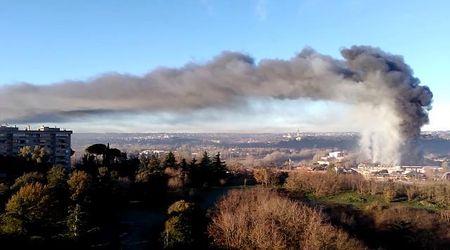 Roma, incendio nell'impianto rifiuti sulla Salaria: la nube di fumo nero si alza in cielo