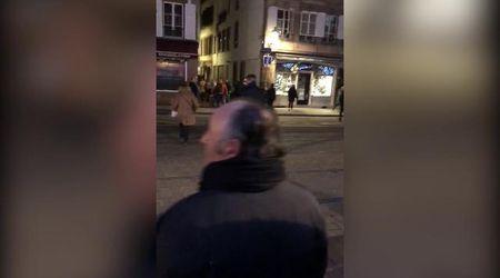 Spari a Strasburgo, passanti spaventati tra le casette di legno del mercatino di Natale