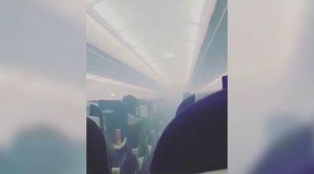India, panico sull'aereo per fumo in cabina: i passeggeri fuggono dallo scivolo