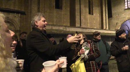 Caso Lodi, dopo l'ordinanza esplode la gioia: brindisi e canti sotto il Comune