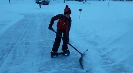 Usa, hoverboard e pala per spazzare la neve. Torna virale l'idea geniale del bimbo