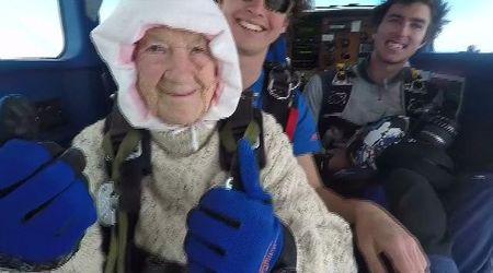 Australia, a 102 anni col paracadute: l'impresa di Irene fa il giro del mondo