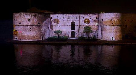 Taranto, c'è Babbo Natale sulla facciata del castello aragonese: il videomapping delle feste