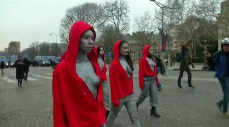 Parigi, le Marianne si uniscono alla protesta: Femen in piazza con i gilet gialli