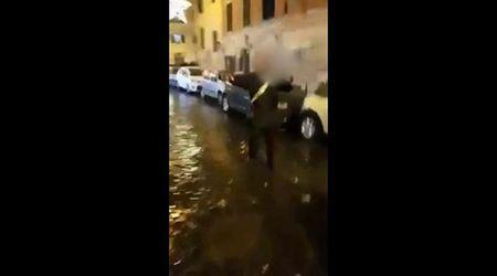 Roma, violenta aggressione al carabiniere dopo Lazio-Eintracht. Il militare estrae la pistola