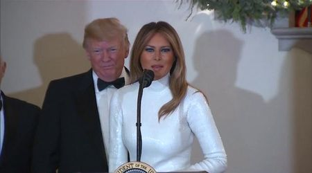 Trump e Melania alla cena di Natale: politica e glamour tra Obamacare e paillettes