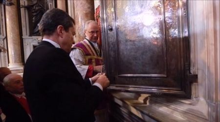 Napoli, si ripete il miracolo di San Gennaro: l'applauso dei fedeli