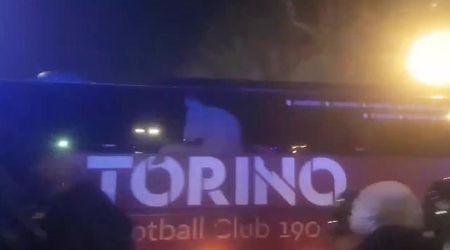 """Torino, tifosi granata insultano il bus Juve. Poi l'amara verità: """"Ah, no, è il nostro"""""""