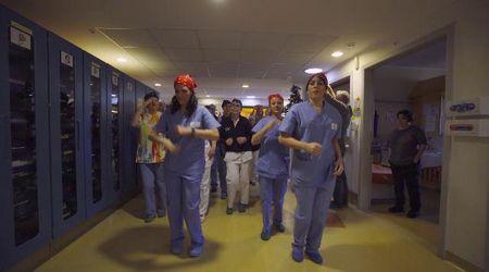 Sorpresa di Natale al Meyer: il flash mob di medici e infermieri per i bimbi malati