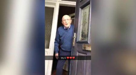 Gb, ragazza riprende le reazioni del nonno quando lo va a trovare: il video diventa virale