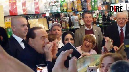 """Sardegna, nuova battuta sessuale di Berlusconi: """"Ne facevo sei per notte, ora mi addormento dopo la terza"""""""