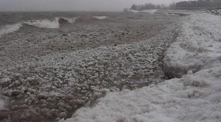 Canada, migliaia di bolle di ghiaccio sull'acqua: lo spettacolo nel lago Ontario