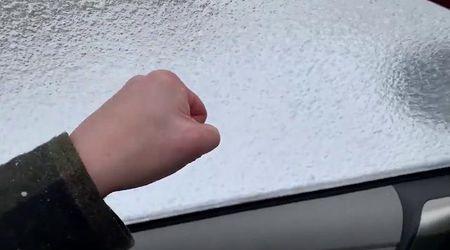 Usa, il freddo è estremo: tira giù il finestrino dell'auto e ne trova un altro di ghiaccio