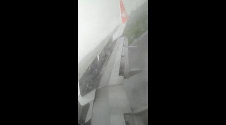 Indonesia, l'aereo nella tempesta non si ferma e finisce fuori pista dopo l'atterraggio