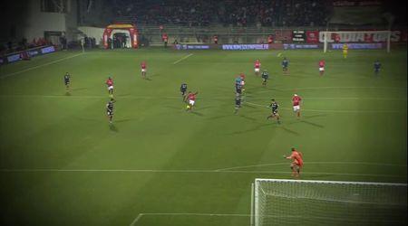 """Francia, vede il portiere fuori dai pali: il calciatore realizza il """"gol dell'anno"""""""