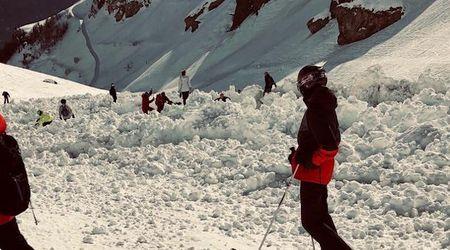 Svizzera, sciatori travolti in pista dalla valanga: la ripresa dall'alto