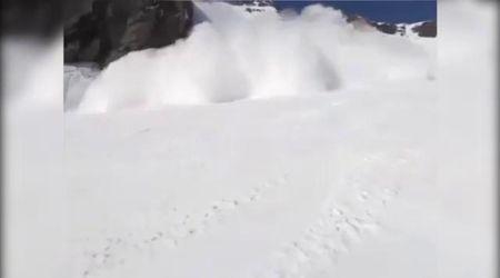Svizzera, la valanga si abbatte sulla pista di Crans Montana: la ripresa in soggettiva dello sciatore