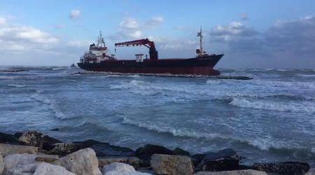 Maltempo, a Bari un mercantile turco s'incaglia sulla spiaggia