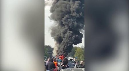 Milano, autista dà fuoco a bus di studenti: la colonna di fumo sulla strada
