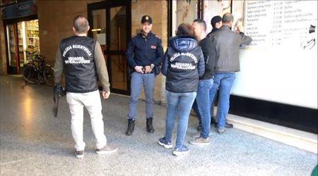 Accoltellato a Pavia, polizia e polizia scientifica in Galleria Manzoni