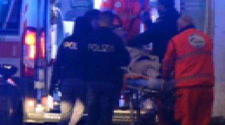Prato, poliziotto prende a schiaffi un uomo bloccato in barella