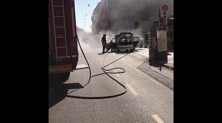 Ferrara, auto a fuoco in corso Giovecca